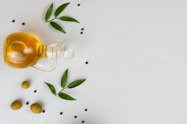 Aceitunas naturales y aceite de oliva en la mesa
