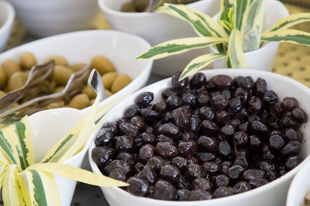 Aceitunas negras en un plato.