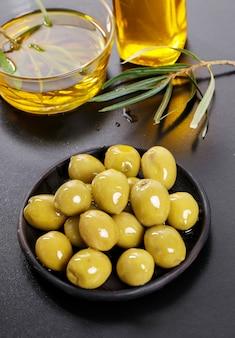Aceitunas en un plato con aceite de oliva.