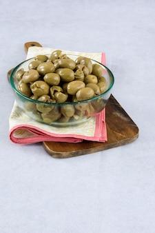 Aceitunas verdes servidas en un bol