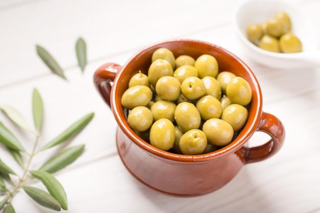 Aceitunas verdes en tazón rústico