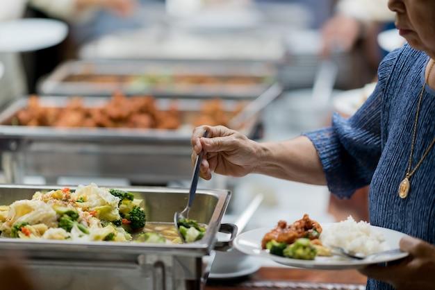 Acercamiento a la comida que se sirve en un evento