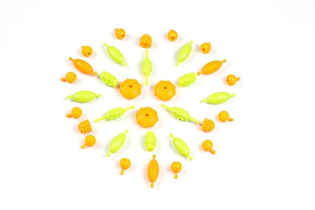 Acercamiento de cuentas de plástico multicolores para una pulsera de niñas