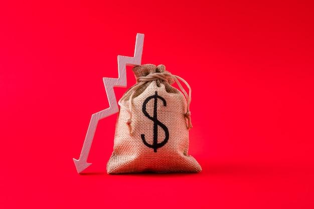 Acercamiento de la flecha de la bolsa de dinero que apunta hacia abajo los gastos gastan