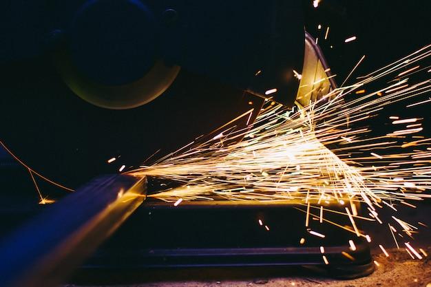 Acero eléctrico de corte de fibra industrial con hermoso destello de chispas.