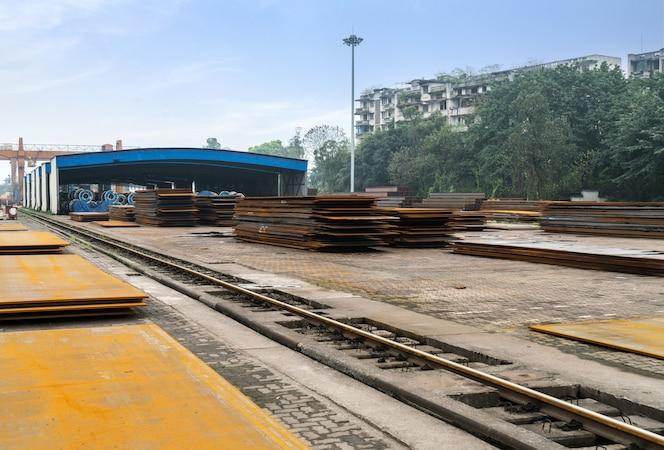 Acero y grúa en la terminal de carga