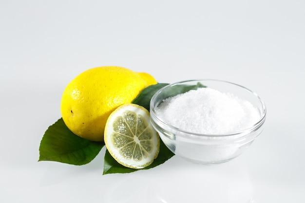 Ácido de limón y frutas de limón aisladas