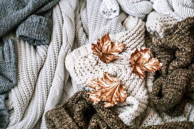 Acogedor desayuno por la mañana de otoño en la cama escena de naturaleza muerta. taza humeante de café caliente, té de pie junto a la ventana.