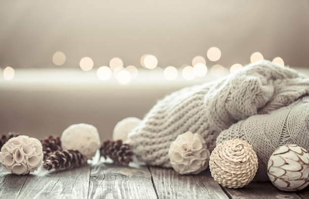 Acogedor fondo navideño sobre un fondo de madera con objetos de decoración navideña.
