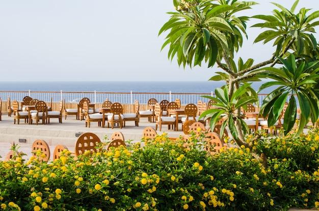 Acogedor restaurante o cafetería en territorio de hotel de cinco estrellas con vista al mar en sharm el sheikh.