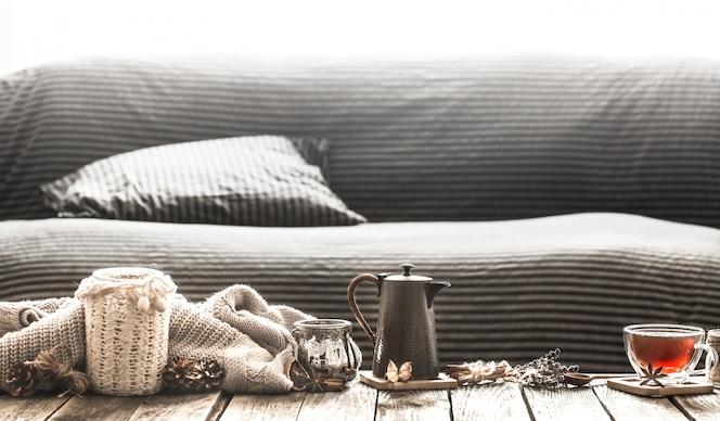 Acogedor salón con té en la mesa