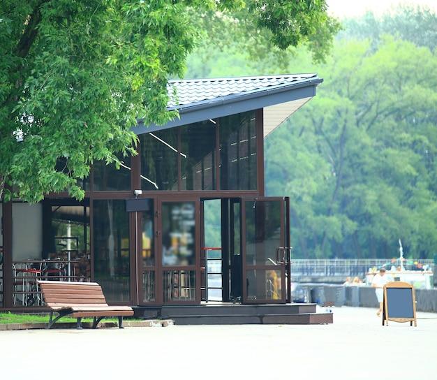 Acogedora cafetería en el centro del parque de la ciudad.