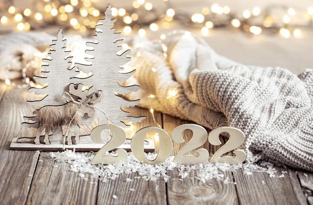 Acogedora composición festiva con los números y detalles de decoración de cerca