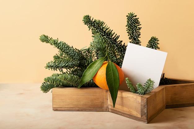 Acogedora composición de la rama de árbol de navidad de madera vintage en forma de estrella