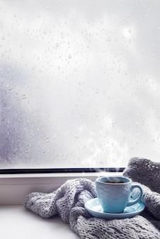 Acogedora manta gris suave con una taza de café