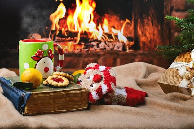 Acogedora noche de navidad junto a la chimenea