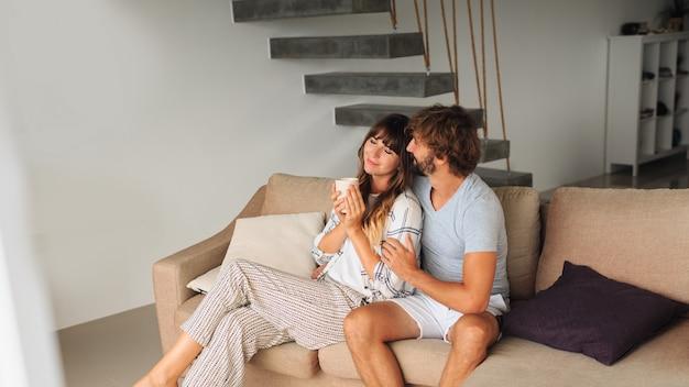 Acogedora pareja pasar tiempo juntos en casa.