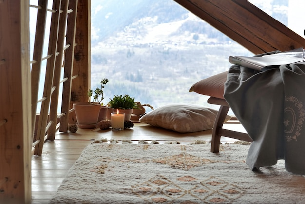 Acogedora sala de descanso en una cabaña de montaña