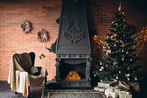 Acogedora sala de estar con chimenea y arbol de navidad.