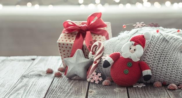 Acogedoras decoraciones navideñas en una mesa de madera