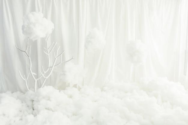 Acolchado blanco blanco de la pared blanca de la tela en piso en sitio vacío.