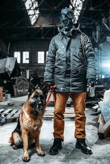 Acosador en máscara de gas y perro en zona radiactiva