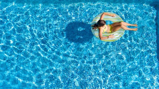 Acrive niña en la piscina vista aérea superior desde arriba