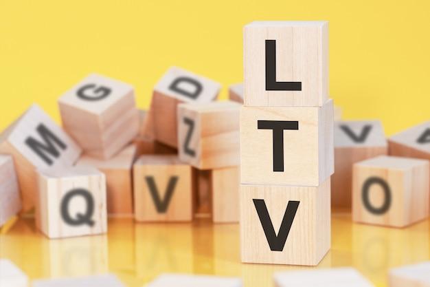 Acrónimo ltv de bloques de madera con letras, concepto