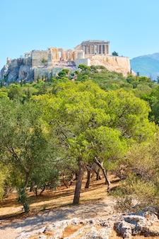Acrópolis y parque público en la colina de las ninfas en atenas, grecia - paisaje