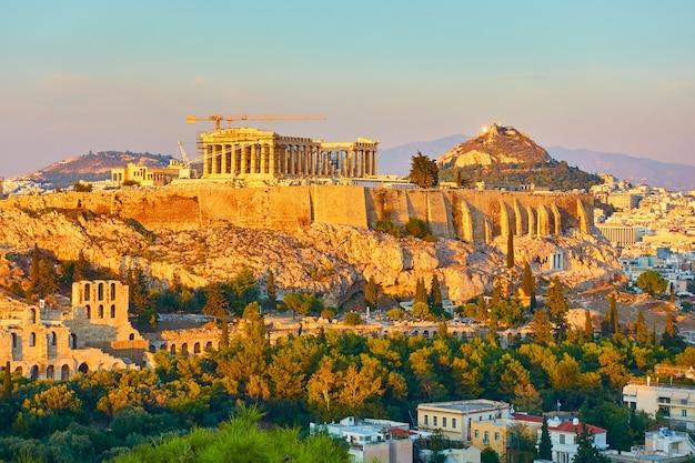 La acrópolis y la vista panorámica de la ciudad de atenas en grecia