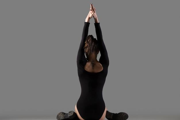 Actitud de yoga de cara de vaca
