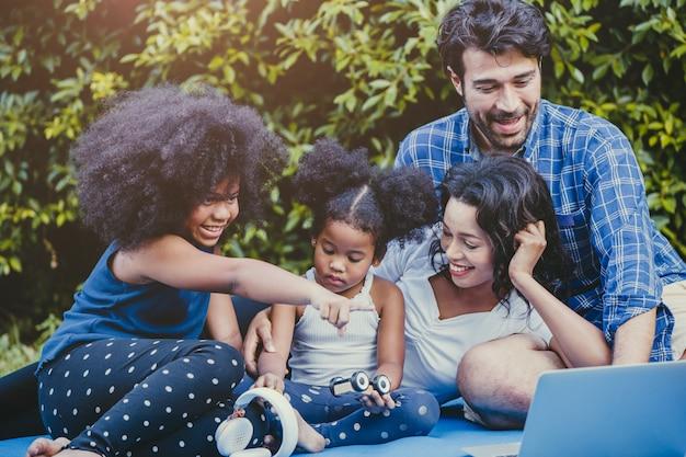 Actividad familiar al aire libre en el hogar patio trasero feliz disfrute de un momento divertido durante la estadía en casa auto cuarentena