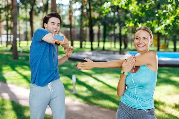 Actividad favorita. gente alegre encantada de pie juntos mientras disfruta de la práctica de actividades deportivas