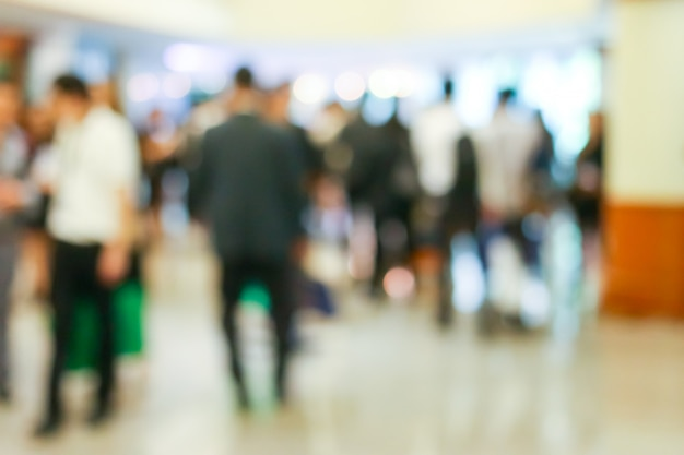 Actividad de gente de negocios de pie y caminando en el vestíbulo borrosa.