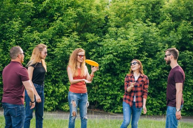 Actividades al aire libre de jóvenes en ropa casual jugando