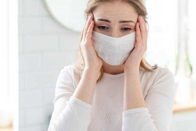 Actividades diarias de cuarentena y mujer con máscara