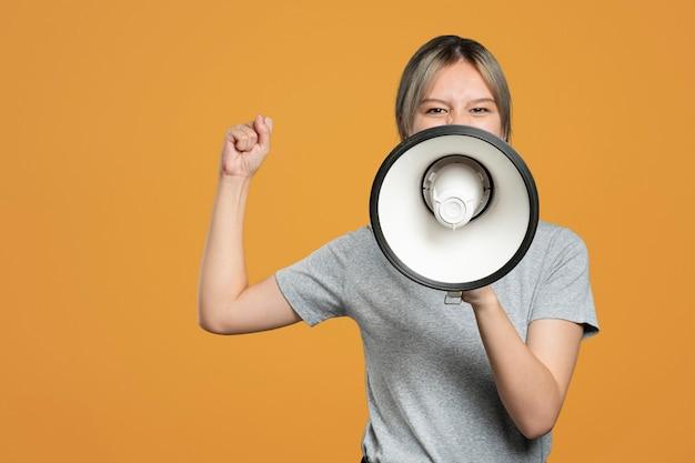 Activista femenina con un megáfono con espacio de diseño.