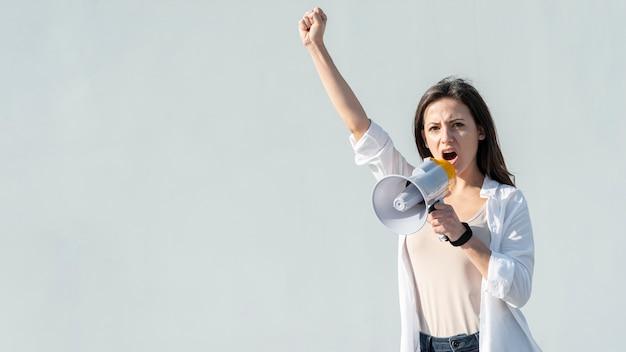 Activista marchando por los derechos con megáfono