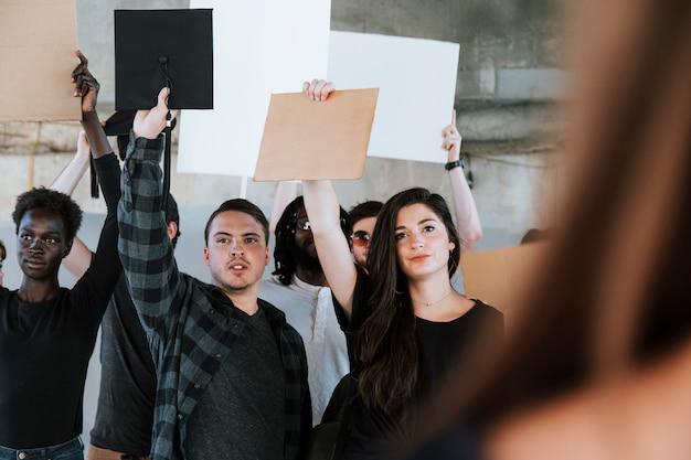 Activistas enojados protestando en una ciudad.