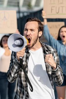 Activistas marchando juntos por la paz