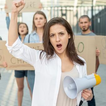 Activistas que se manifiestan juntos por la paz