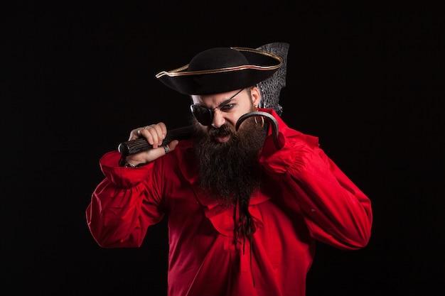 Actor masculino disfrazado de pirata y sombrero de capitán para halloween. hombre guapo con barba vestido como un pirata caribeño para el carnaval.