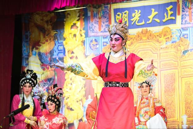 Actor de la ópera tradicional china con traje teatral