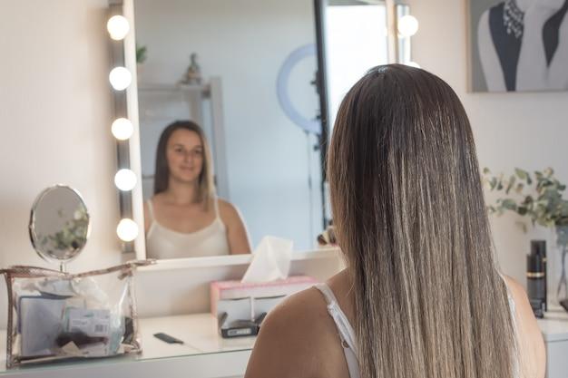 Actriz que se mira en el espejo antes de actuar. sesión de peluquería y maquillaje.