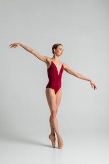 Actuación de bailarina talentosa de tiro completo