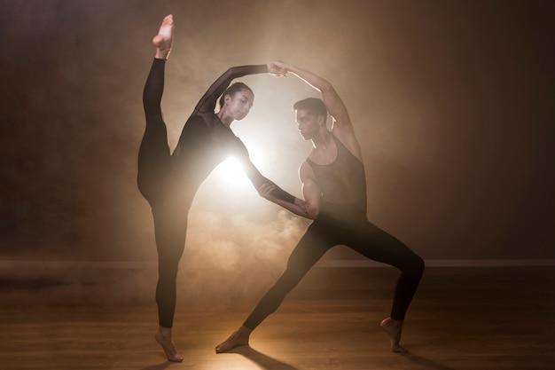 Actuación de bailarines de ballet de tiro completo.