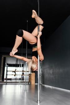 Actuación de la mujer en pole dance