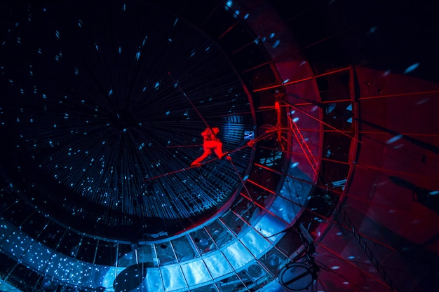 Actuación de trapecistas en el circo.