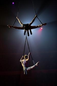 Actuaciones de artistas en altura bajo la cúpula del circo.