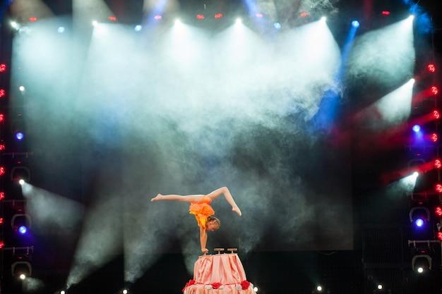 Actuaciones chicas guapas gimnastas en el circo.